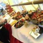 Подготовка свадебного фуршета на катере. свадебный фуршет